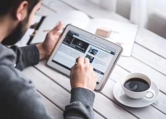 czytanie ogłoszeń o pracę w internecie