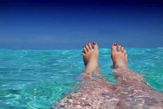 kobieta wypoczywająca w wodzie