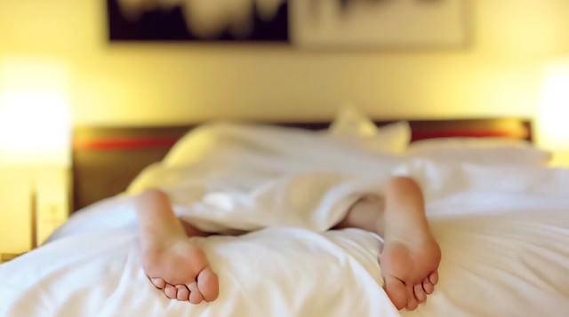 nogi wystają spod kołdry