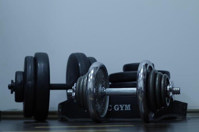 Jak ćwiczyć na siłowni? Porady dla początkujących
