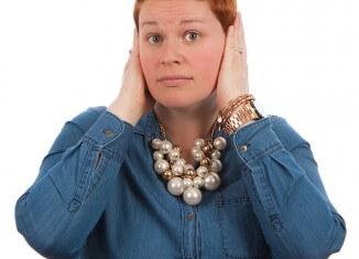 zatykanie uszu