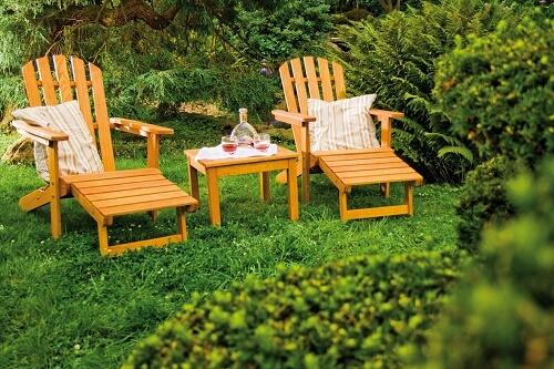 Leżaki drewniane w ogrodzie