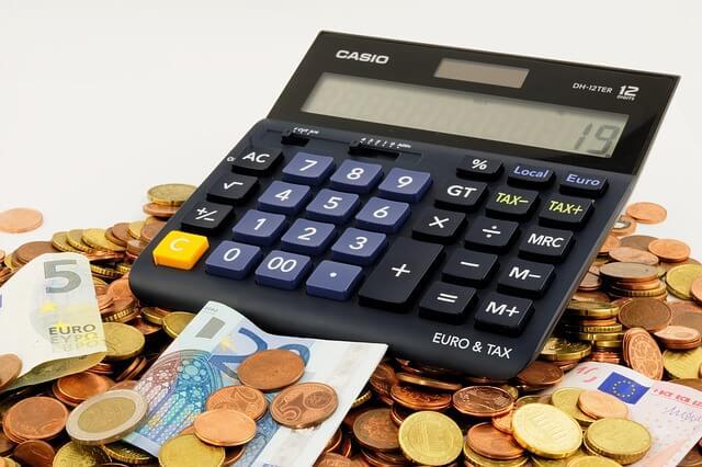 kalkulator wśród pieniędzy