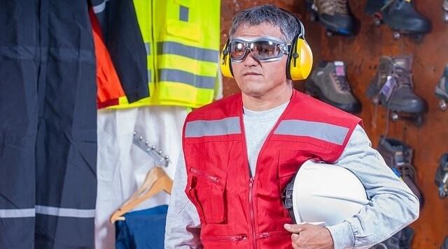 Robotnik w stroju ochronnym