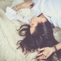 Kobieta śpi na łóżku