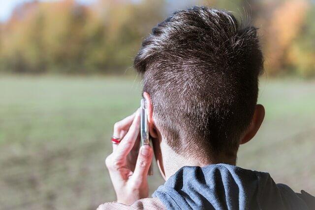 chłopak rozmawia przez komórkę