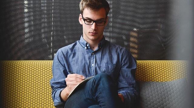 Mężczyzna siedzi na kanapie