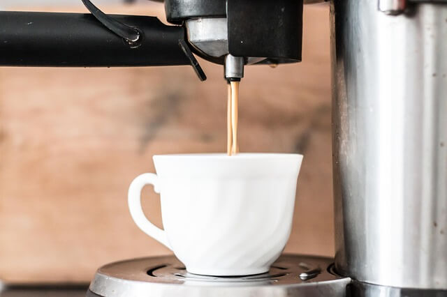 nalewanie kawy