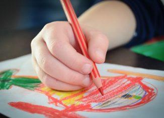 Dziecko rysuje kredką