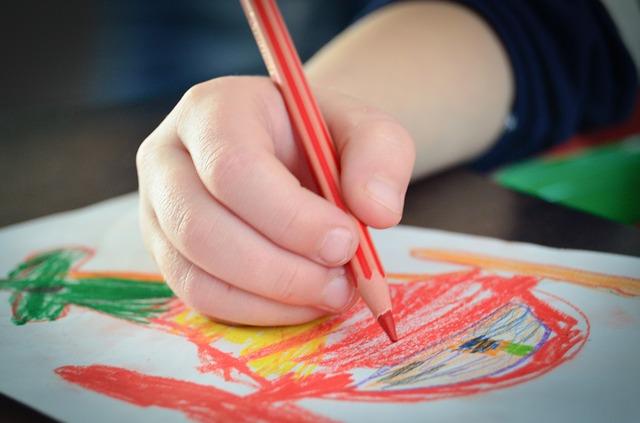 Zestawy plastyczne dla dzieci – czego uczą? Dlaczego ważne są w rozwoju dziecka?
