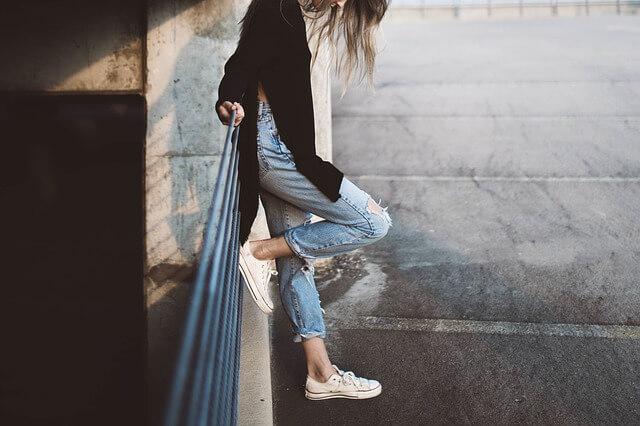 Dziewczyna w białych trampkach