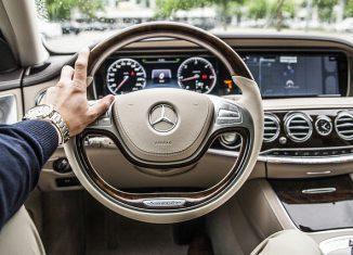 Samochód widok z wnętrza na kierownicę i przednią szybę