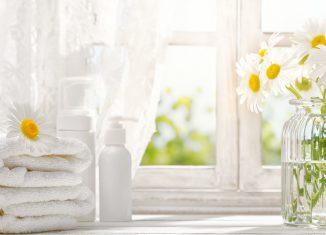 Okno, ręczniki, kwiaty