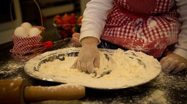 Dziecko robiące ciasto