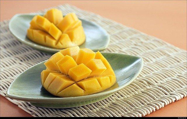 Owoc mango pokrojone w kratkę