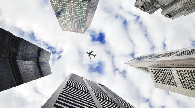 Samolot na tle nieba i innych budynków