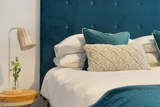 Jak wybrać łóżko do sypialni? Łóżka drewniane, metalowe, tapicerowane – do jakich aranżacji pasują?