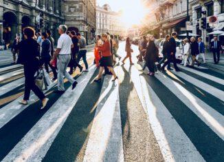 Ludzie przechodzą przez ulicę