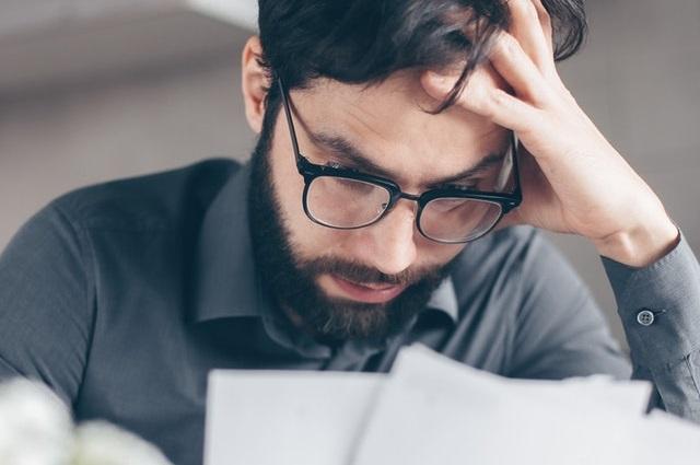 Mężczyzna w kłopotach finansowych
