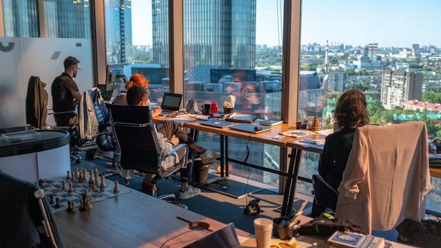 trzy osoby w biurze